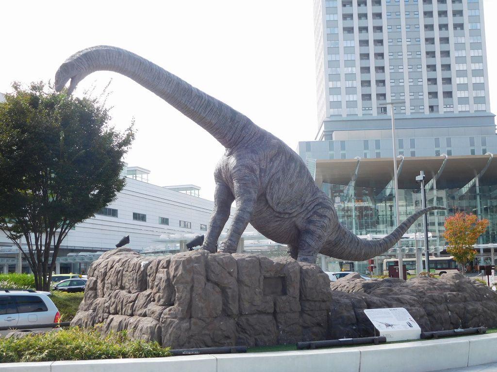 福井県は恐竜王国 福井駅前にある恐竜像