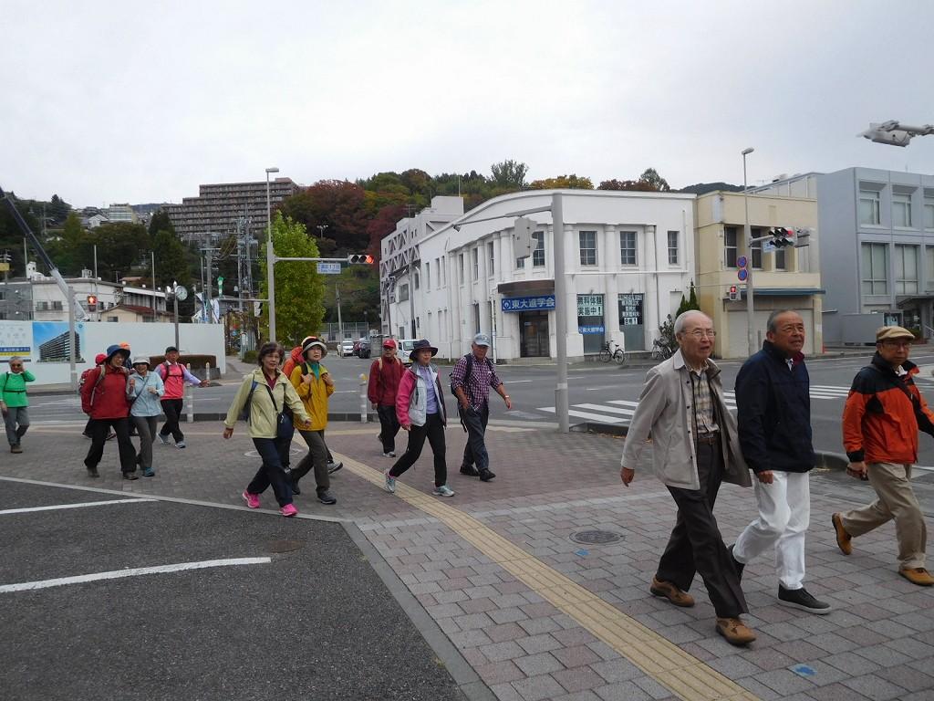 上諏訪駅前通りを右折して高島城へ