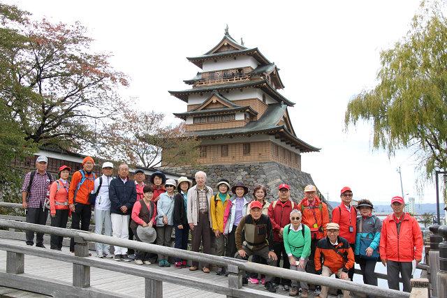 入口前の冠木橋にて高島城をバックに集合写真
