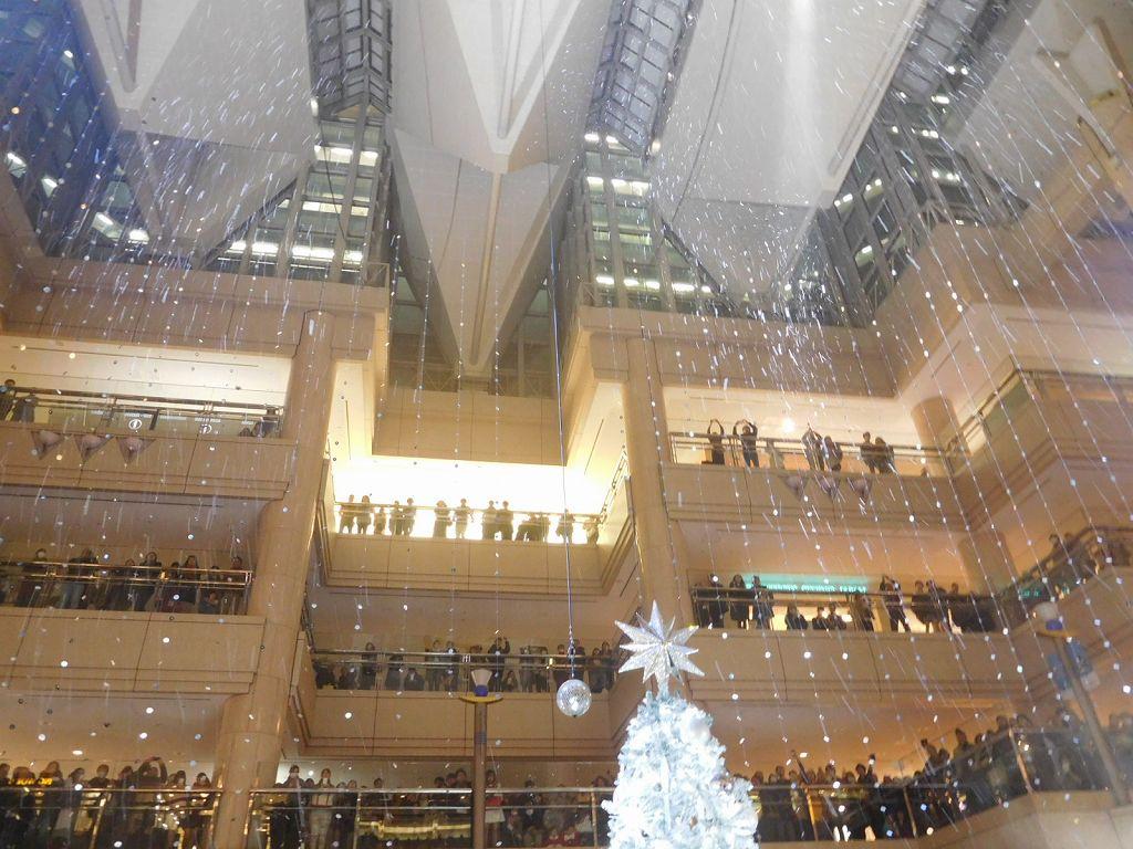 年1回 本物雪がビル内に降ります