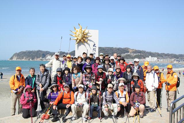 逗子海岸入口に建つ「太陽の季節碑」の前で2班に分かれて集合写真