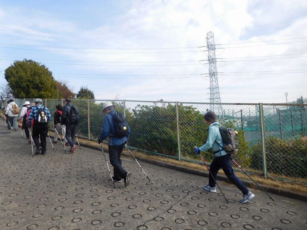 荏田高校裏側の急坂を登る