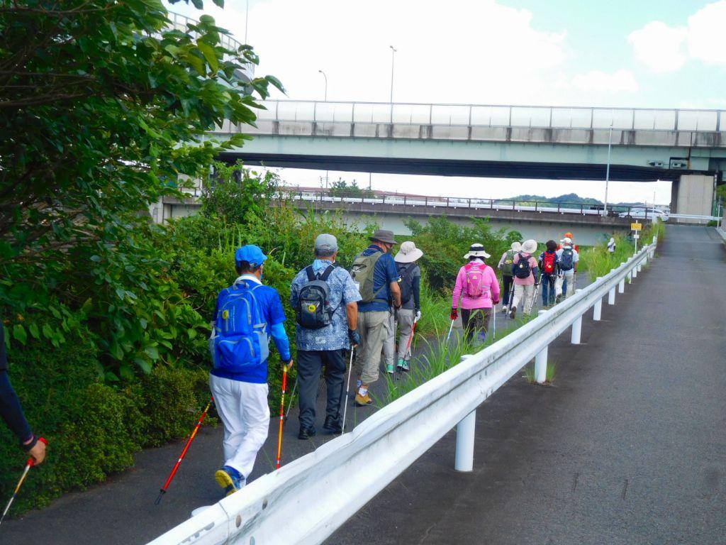 鶴見川に沿って歩く一班
