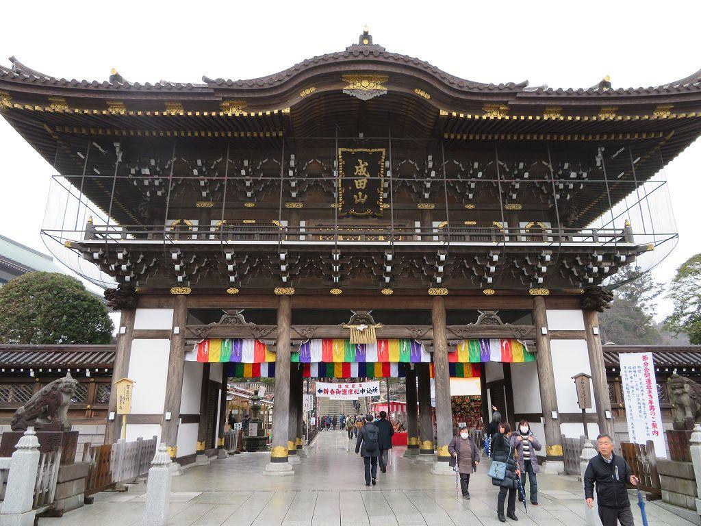 十二支の木彫刻がある表玄関の総門