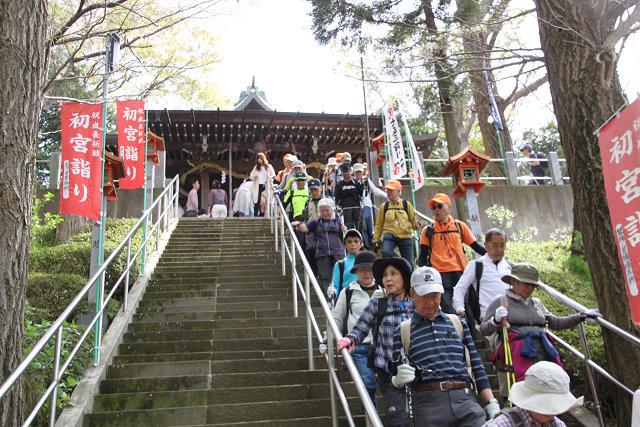 弥生神社を下る
