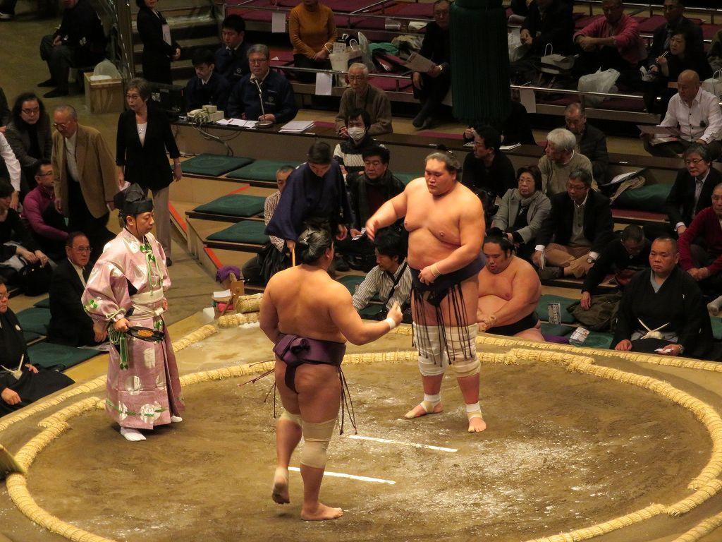 元大関「照ノ富士」十両で土つかず勝ち越しです