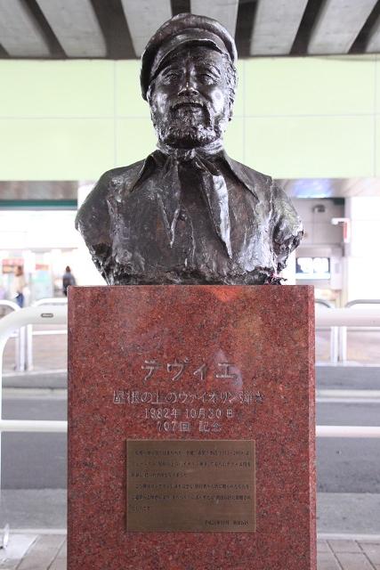 千歳船橋駅では「屋根裏のバイオリン弾きのテヴイエ」像がお出迎え