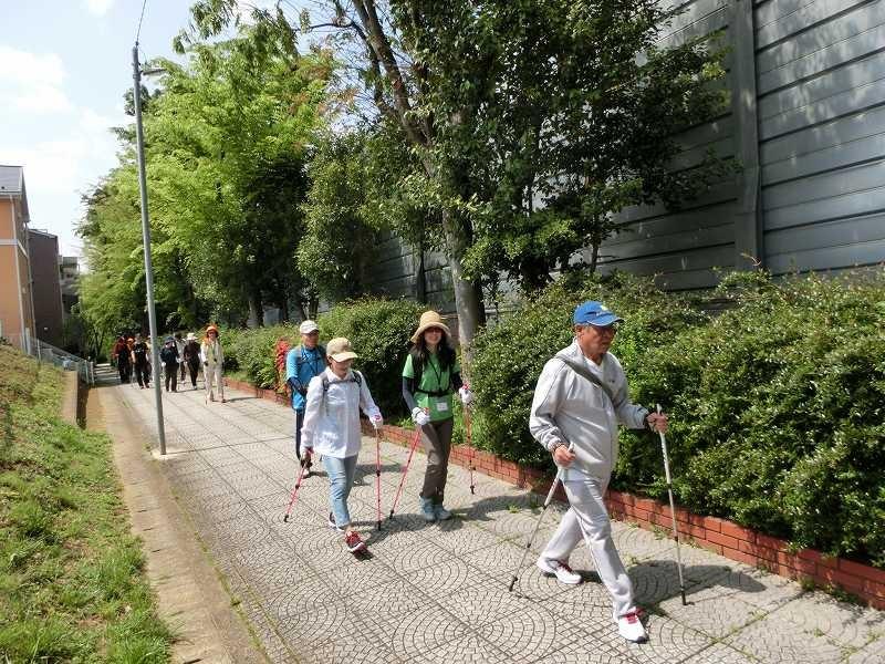人通りの少ない東名高速横の遊歩道をウォーキング