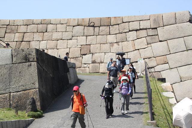 外国からの観光客も多い天守台を降りる
