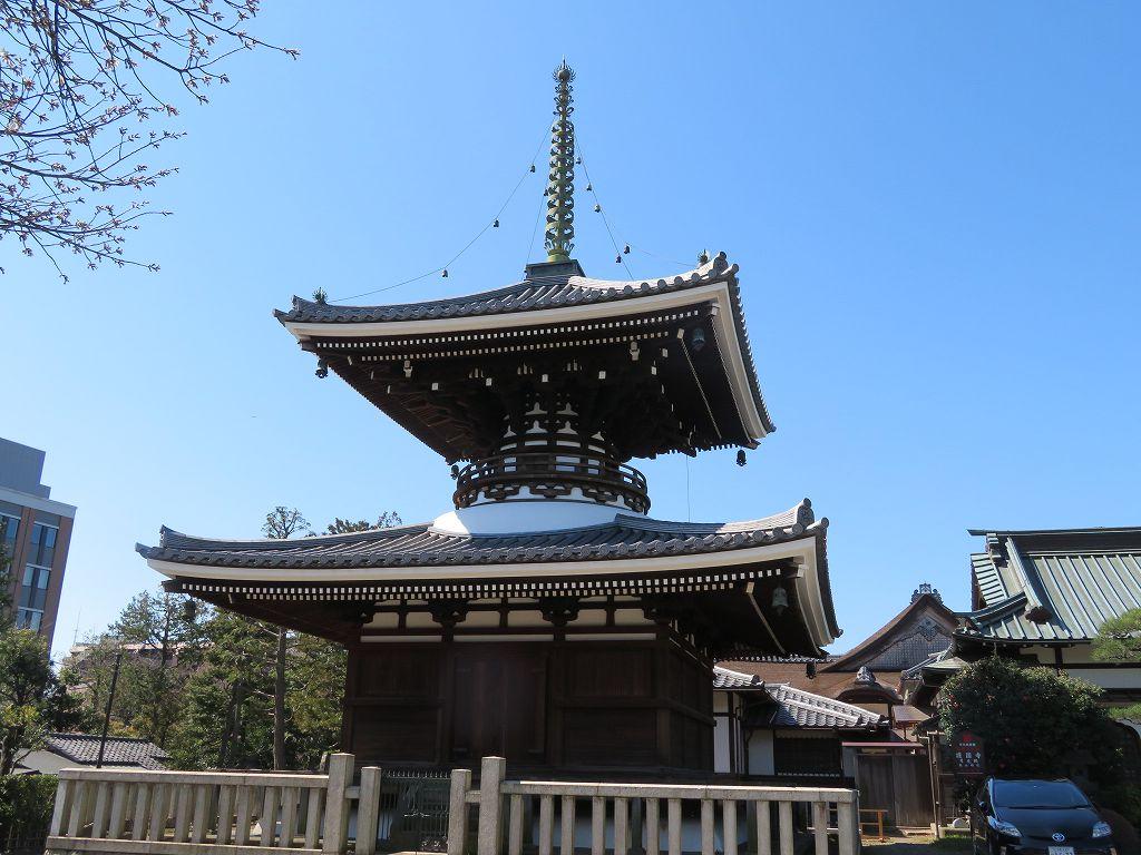 本堂左手には大津石山寺の多宝塔を真似て作った塔がある(1938年建立)