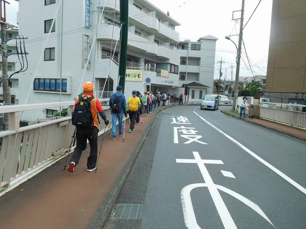 東急田園都市線の架橋を渡る