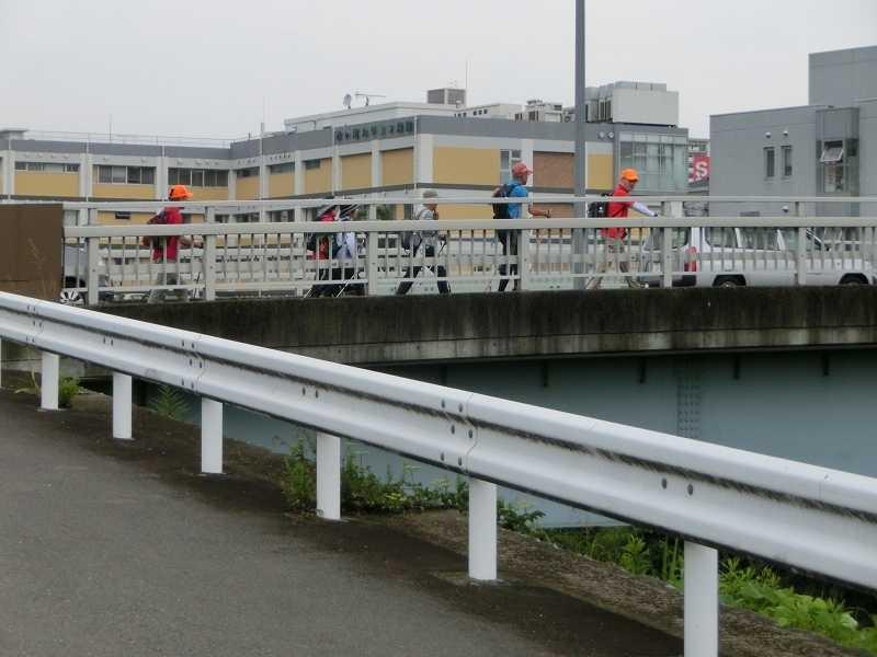 谷本橋を渡って鶴見川を南下するメンバー