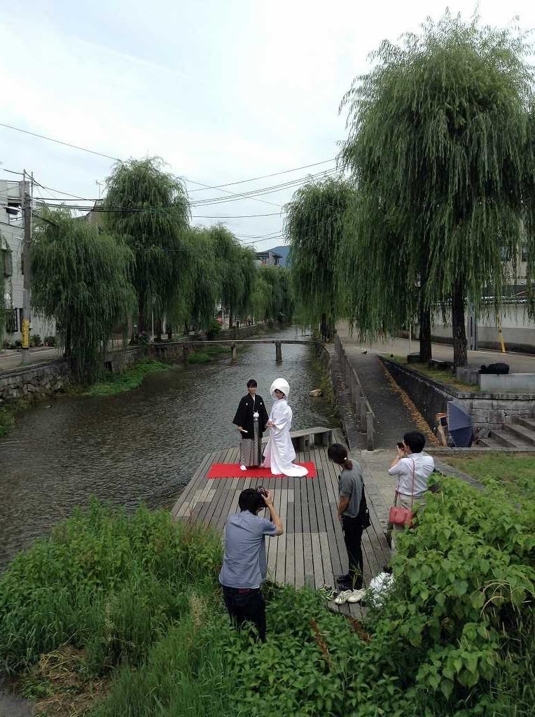 「阿闍橋」の手前で記念写真を撮る新郎新婦