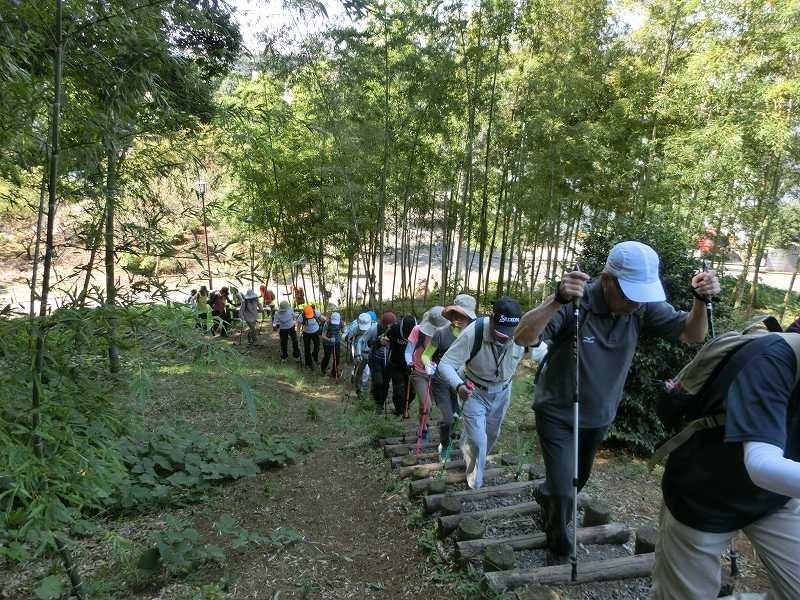 折田不動公園グランドから頂上目指して階段を登る