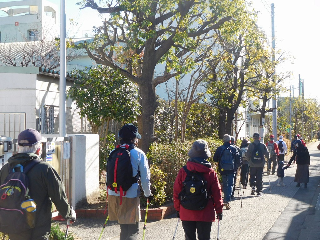 荏田西小学校横をウォーキング