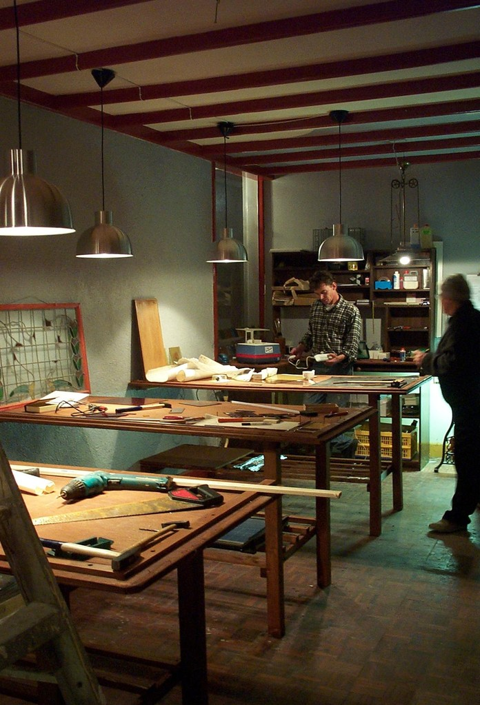 Johan Voets en Christien Naber in het glas in loodatelier van Atelier Het Oude Ambacht (2)