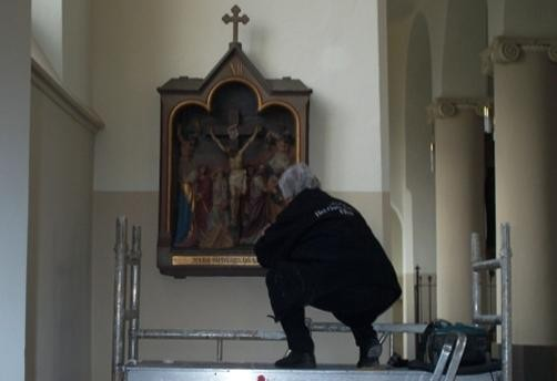 Christien Naber tijdens restauratie in St. Lambertuskerk Rosmalen