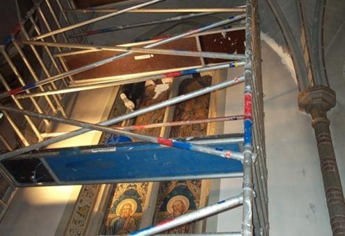 werken op de steiger tijdens restauratie in St. Lambertuskerk Rosmalen