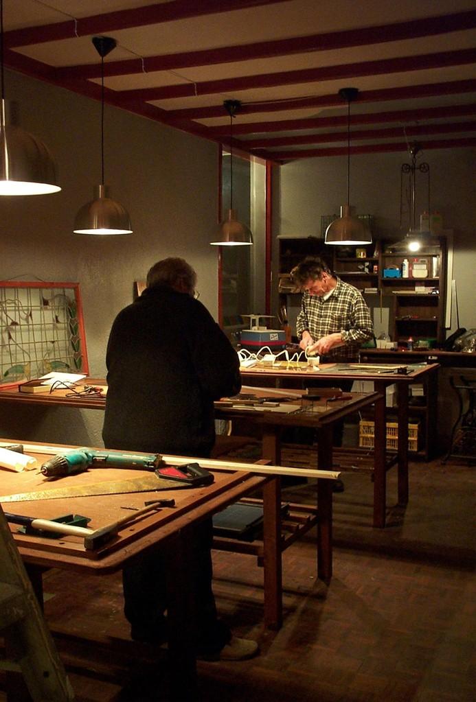 Johan Voets en Christien Naber in het glas in loodatelier van Atelier Het Oude Ambacht (1)
