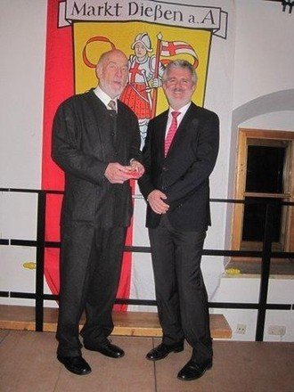 Robert Kunschak (links) mit Bürgermeister Kirsch