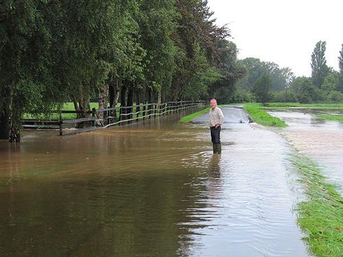 Hochwasser in Natbergen August 2010 - Wilhelm Bruns mit Gummistiefeln