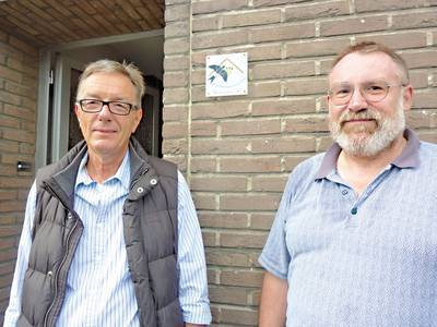 Helmut Sang (r.) bietet Schwalben ein Zuhause. Das freut auch den NABU-Vorsitzenden Rolf Brandt. Bild: maba