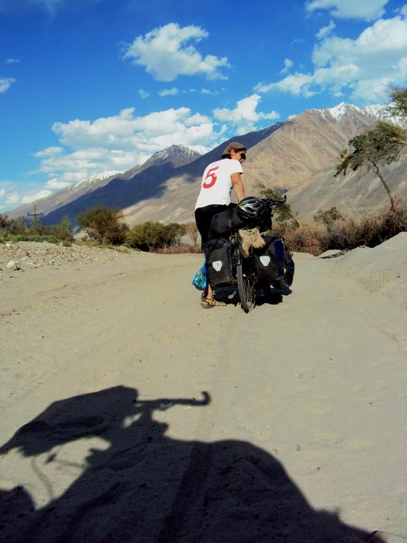 On pousse le vélo à cause du sable...