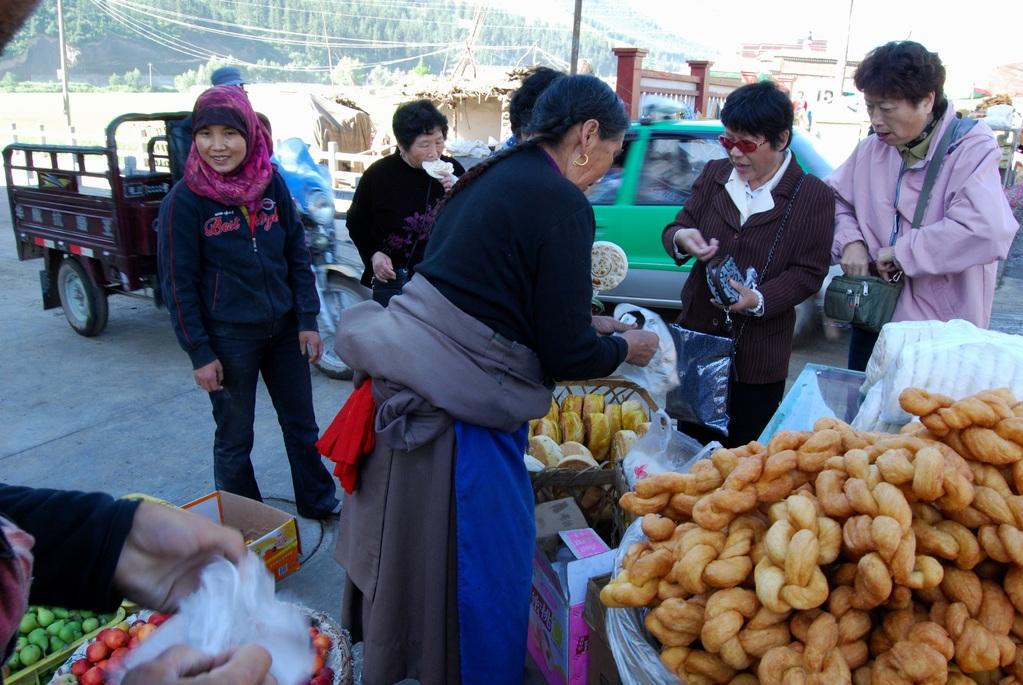 Au matin, scène de vie montrant la cohabitation des diverses cultures et classes sociales qui peuplent cette ville
