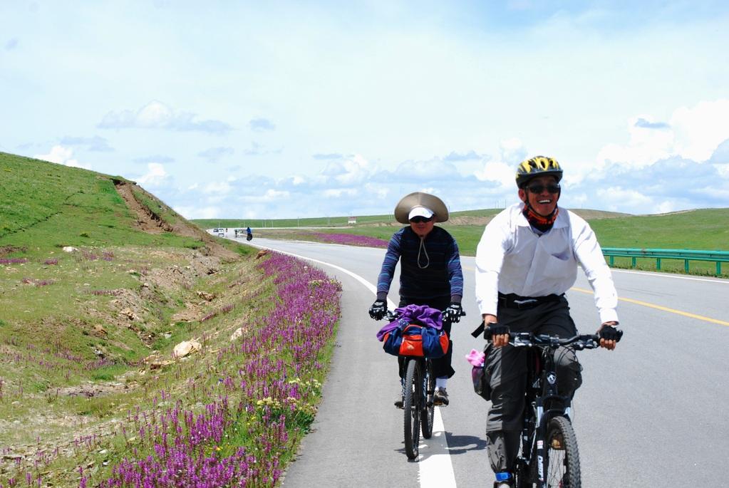2 chinois fort rigolos aux vélos bien légers, avec qui nous pédalerons un peu, nous échangerons même nos vélos pour le col (pas bêtes les suisses) ahahah