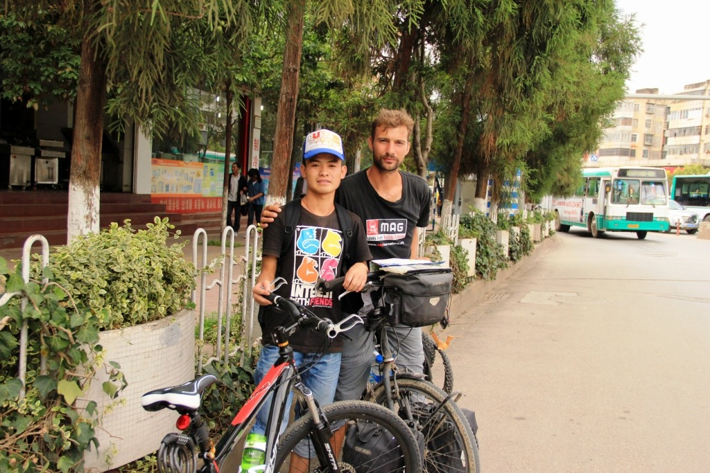 Ce jeune homme nous a accompagné jusqu'au centre de Kunming, merci! - This young man helped us cycling to the center of Kunming, thanks!