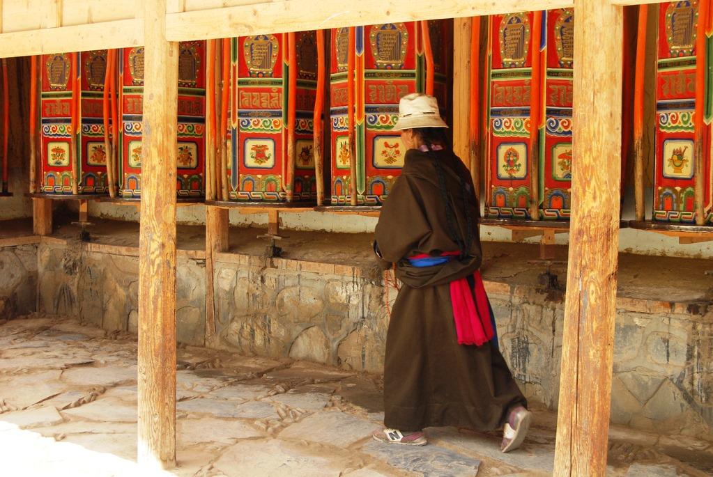 Kora pélegrinage (faire le tour du monastère en tournant les moulins à prières)