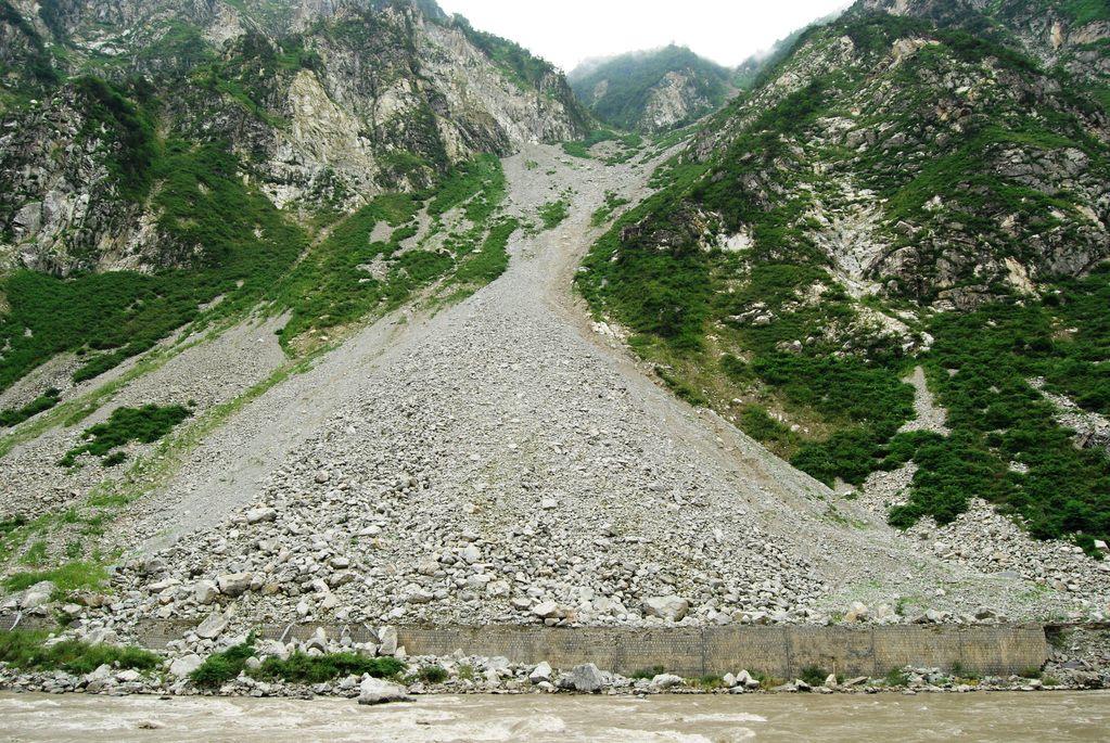 Des langues de roches recouvrent l'ancienne autoroute