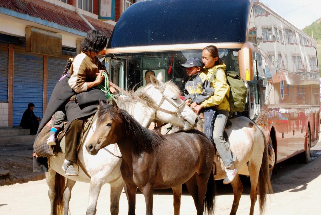 Famille de tibétains en pèlerinage dans la petite ville de Langmusi