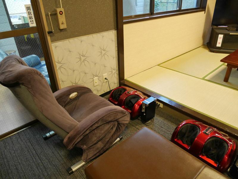 和室前にはマッサージチェア、足用マッサージ機もございます。