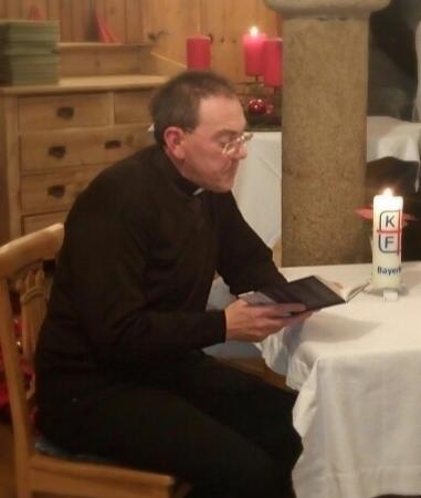 Herr Dekan Anzinger las eine kurze unterhaltsame Weihnachtsgeschichte vor