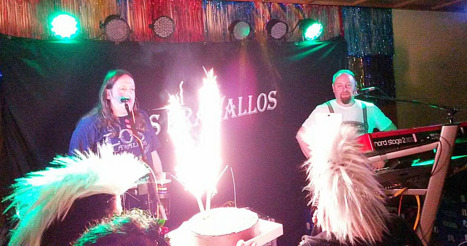 Zum Abschied gabs eine Torte für unsere Band Los Krawallos.