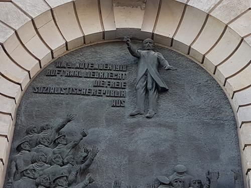 """Reliëf in Berlijn-Mitte: """"Op 9 november roept Karl Liebknecht de vrije socialistische republiek uit."""""""