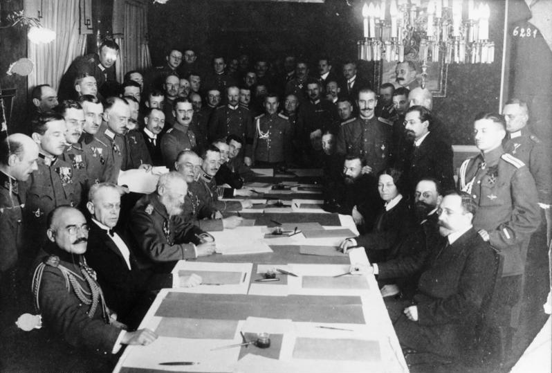 Ondertekening van de wapenstilstand tussen Rusland en de centrale mogendheden op 15.12.1917 in Brest-Litovsk. Bundesarchiv, beeld 183-R9263 / CC-BY-SA 3.0