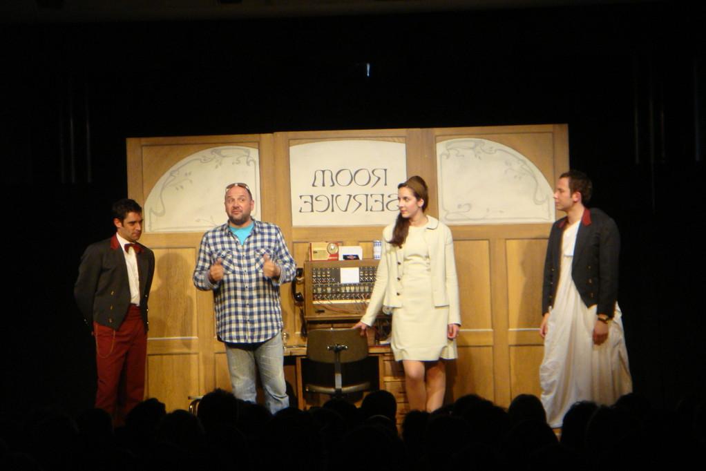 Les comédiens de Room Service avec Jean Christophe Barc (auteur)