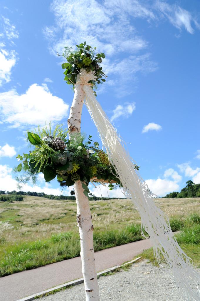 ウエディングパーティー大自然の中で青空の下の十字架