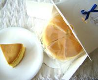 楽天市場ベークドチーズ部門で1位を獲得した、話題の飛騨高山産蜂蜜入り しっとり手作りチーズケーキです。ホワイトルンゼの結婚式引菓子人気ナンバー1! トチ蜜(トチの木の蜂蜜)と地卵を使い粉をいっさい使わずクリームチーズをたっぷりいてじっくり焼き上げました。 内祝いにもおすすめ 大切な人へのプレゼント 贈答品 ギフト 贈りもの 進物 結婚記念日 お誕生日 発表会  敬老の日 入学 卒業 内祝い 結婚 出産 プロポーズ