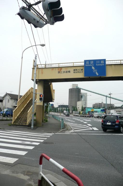 坂上歩道橋手前を左方向へ