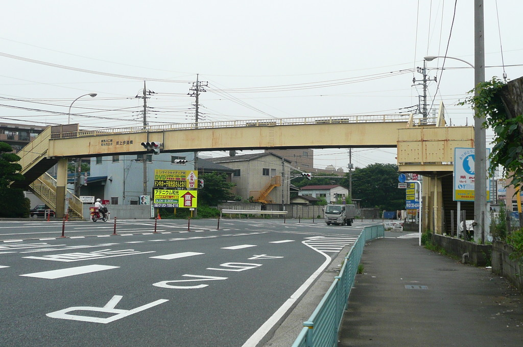 「坂上歩道橋」が見えてきます