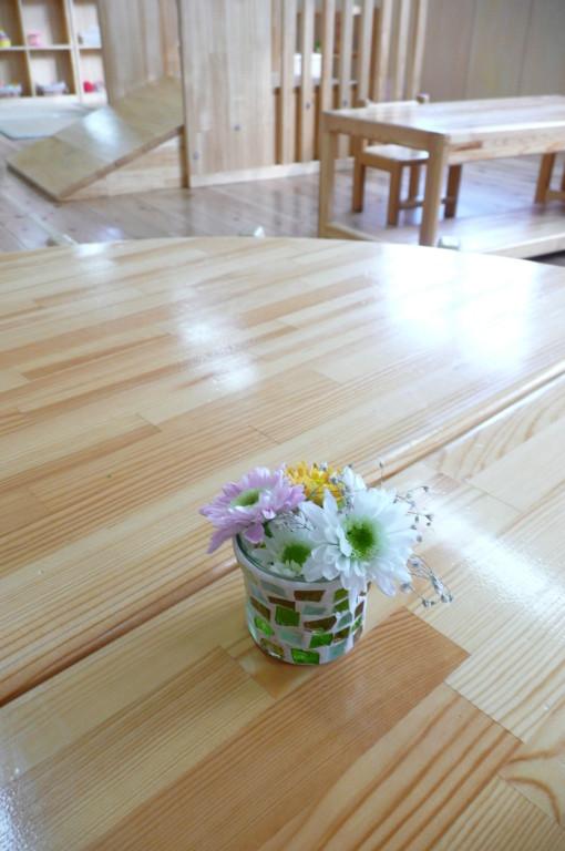 保育室のテーブルにも花が飾られています。