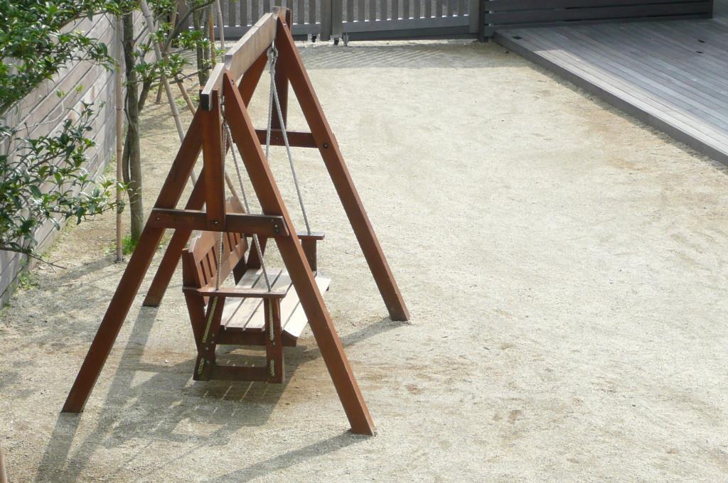木製のベンチブランコで、優しく揺られながら会話を楽しんでいます。