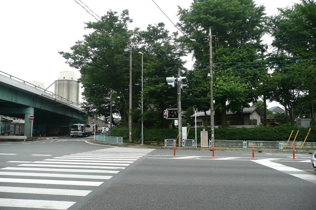 和光陸橋手前の横断歩道を「諏訪神社」の方向へ渡ります