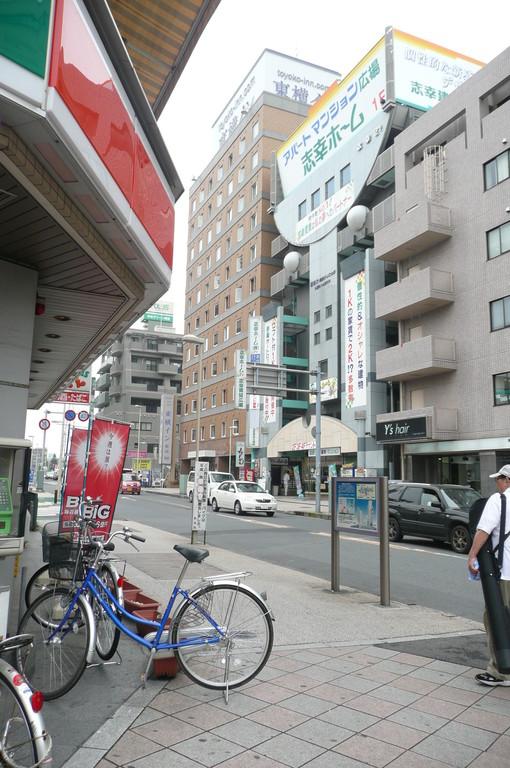 駅前の通りを左方向へ進みます