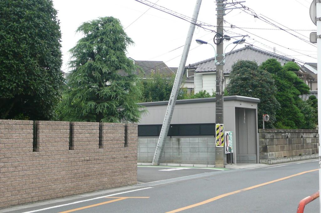 大坂通り入ってすぐの電柱に「飛び出し注意」の看板