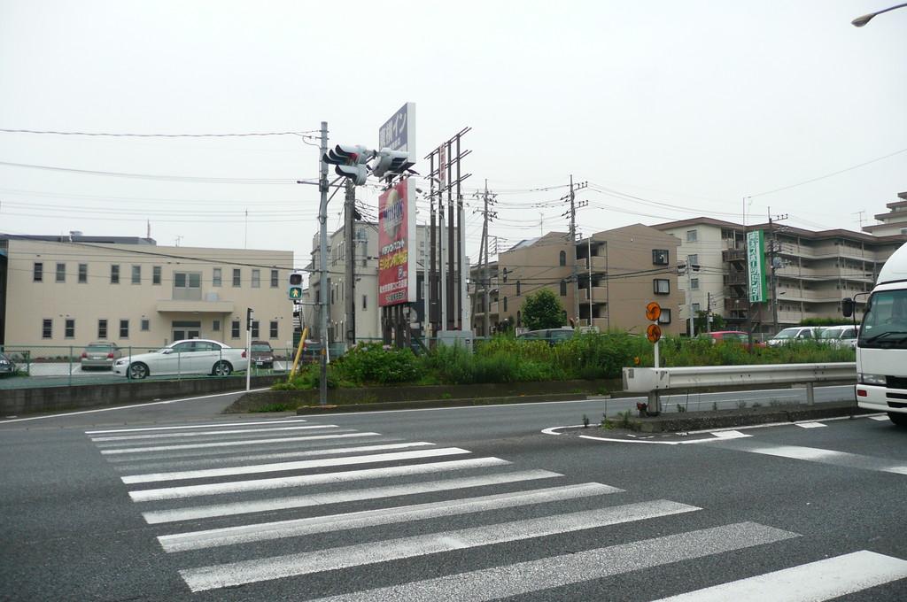 坂を上ると笹目通りに出ます。横断歩道を渡り右方向へ