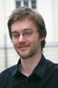 Klavierlehrer Bernhard Rusam guckt direkt in die Kamera